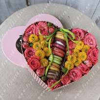 Heart-shaped box with macaroons (d20cm)