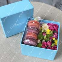 "Box with flowers and macaroons ""Sweet notes"""