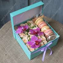 "Box with macaroons ""Orchid"""
