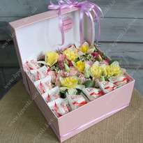 "Box with daffodils and Raffaello ""Pink"""