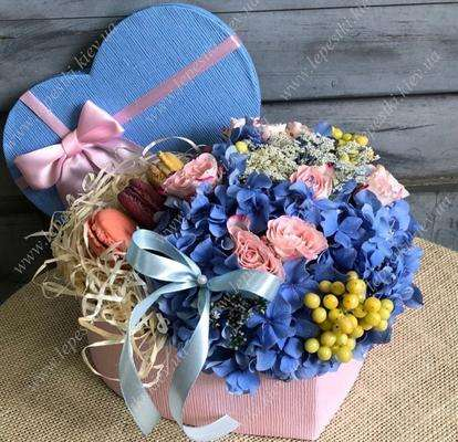 Sweet box with hydrangea and macaroons